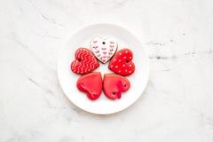 Biscuits de jour du ` s de St Valentine dans la forme du coeur du plat sur l'espace gris-clair de copie de vue supérieure de fond Image stock