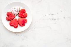 Biscuits de jour du ` s de St Valentine dans la forme du coeur du plat sur l'espace gris-clair de copie de vue supérieure de fond Photo libre de droits