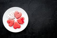 Biscuits de jour du ` s de St Valentine dans la forme du coeur du plat sur l'espace noir de copie de vue supérieure de fond Photographie stock libre de droits
