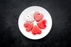 Biscuits de jour du ` s de St Valentine dans la forme du coeur du plat sur l'espace noir de copie de vue supérieure de fond Images stock