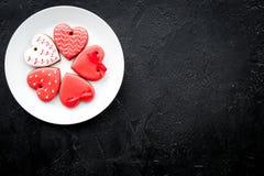 Biscuits de jour du ` s de St Valentine dans la forme du coeur du plat sur l'espace noir de copie de vue supérieure de fond Photos libres de droits
