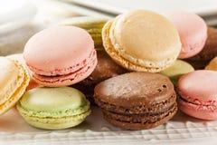 Biscuits de macaron colorés par gourmet Images libres de droits