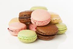 Biscuits de macaron colorés par gourmet Photos stock