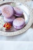 Biscuits de Macaron dans un plat Photo stock