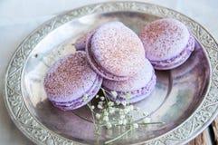Biscuits de Macaron dans un plat Photo libre de droits