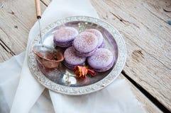 Biscuits de Macaron dans un plat Images stock