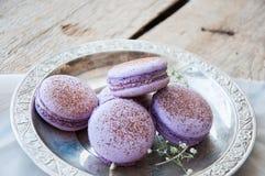 Biscuits de Macaron dans un plat Photos stock