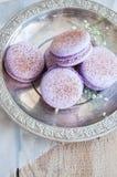 Biscuits de Macaron dans un plat Photographie stock