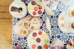 Biscuits de macarons sur le support blanc Photographie stock libre de droits