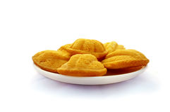 Biscuits de Madeleines du plat blanc sur la table en bois Photographie stock libre de droits