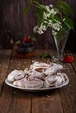 Biscuits de marbre faits maison de meringue de chocolat photos stock