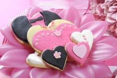 Biscuits de mariage sur la table nuptiale rose - plan rapproché image stock
