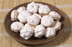 Biscuits de meringue avec des écrous image libre de droits