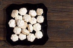 Biscuits de meringue avec des écrous images stock