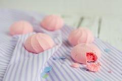 Biscuits de meringue de fraise photographie stock libre de droits