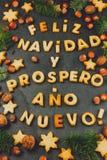BISCUITS DE NAVIDAD DE FELIZ Les mots Espagnol textotent de Joyeux Noël et de bonne année en avec les biscuits cuits au four, déc Photos libres de droits