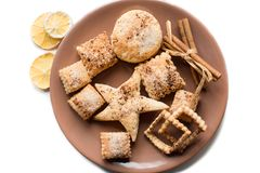 Biscuits de Noël, épices de Noël et tranches oranges sèches d'isolement sur le fond blanc Image libre de droits