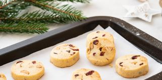 Biscuits de Noël avec des écrous et des canneberges Décoration de Noël Copiez l'espace image stock