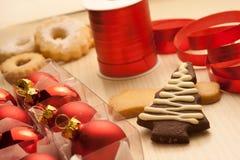 Biscuits de Noël avec des décorations images stock