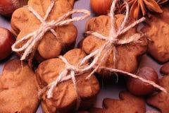 Biscuits de Noël avec la décoration de fête images libres de droits
