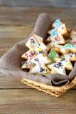 Biscuits de Noël avec le glaçage dans un panier photo stock