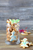 Biscuits de Noël avec le lustre dans un pot photos libres de droits