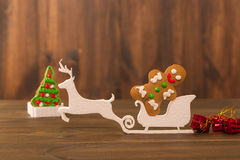 Biscuits de Noël biscuits de puce sur la table en bois rustique Gâteau de vacances biscuit de vacances Biscuits Gâteaux aux pépit Photos libres de droits