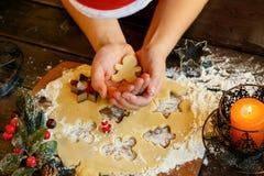 Biscuits de Noël Bonhommes de neige, branches de sapin Photos libres de droits