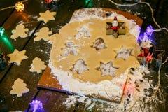 Biscuits de Noël Bonhommes de neige, branches de sapin Image stock