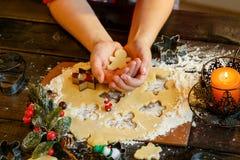Biscuits de Noël Bonhommes de neige, branches de sapin Photo stock