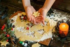 Biscuits de Noël Bonhommes de neige, branches de sapin Photographie stock