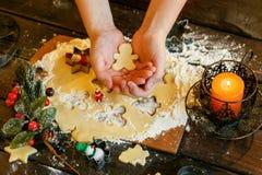 Biscuits de Noël Bonhommes de neige, branches de sapin Images stock