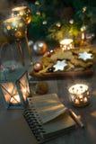 Biscuits de Noël, bougies, lanterne et décorums de vintage de Noël Photo libre de droits