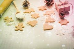 Biscuits de Noël, cônes de sapin et cadeaux Images libres de droits