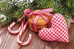 Biscuits de Noël, canne de sucrerie et coeur de jouet Photo stock