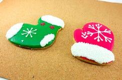 Biscuits de Noël ; chaussette verte et gant rouge Images stock