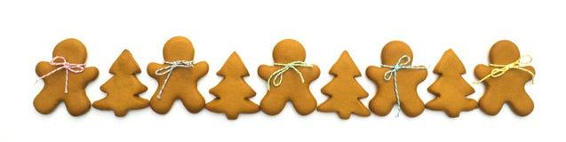 Biscuits de Noël d'isolement sur le fond blanc Traitement au four de Noël Effectuer des biscuits de Noël de pain d'épice Concept  Photos stock