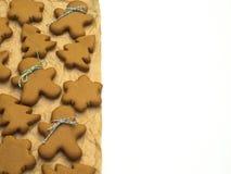 Biscuits de Noël d'isolement sur le fond blanc Traitement au four de Noël Effectuer des biscuits de Noël de pain d'épice Concept  Photo stock