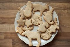 Biscuits de Noël d'un plat image libre de droits