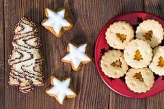 Biscuits de Noël dans formes des étoiles et des arbres de Noël Photo stock