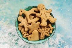 Biscuits de Noël dans la cuvette bleue Image libre de droits