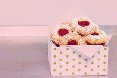 Biscuits de Noël dans un arrangement nostalgique photographie stock