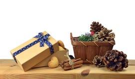 Biscuits de Noël dans une boîte actuelle sur un fond blanc Image stock