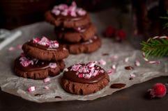 Biscuits de Noël de chocolat avec la canne de sucrerie écrasée Photographie stock libre de droits