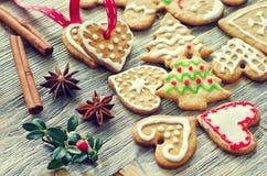 Biscuits de Noël de pain d'épice de vintage sur le fond en bois Photo stock