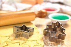 Biscuits de Noël de traitement au four Image stock