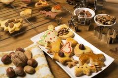 Biscuits de Noël de traitement au four Photographie stock