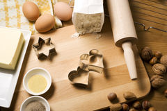 Biscuits de Noël de traitement au four avec amour Photographie stock