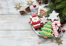Biscuits de Noël et arbre de Noël image libre de droits