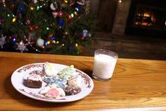 Biscuits de Noël et arbre de cheminée de lait Photographie stock libre de droits